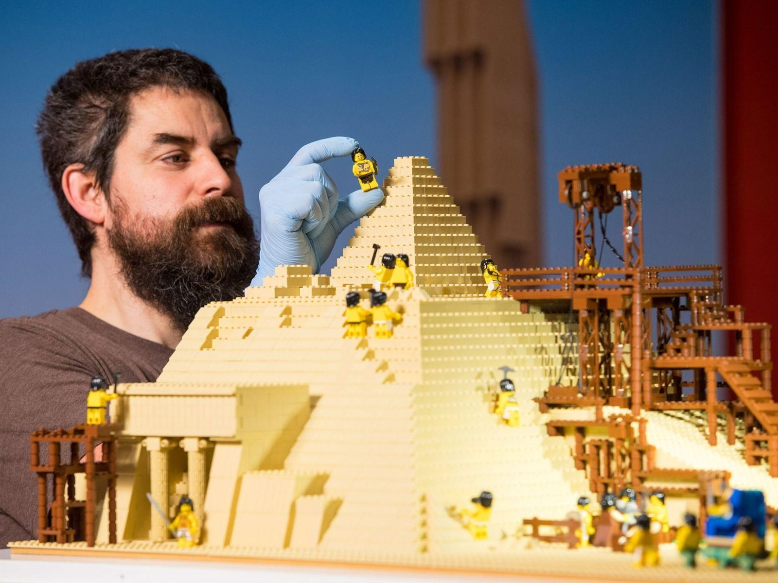 Os fãs adultos de LEGO como Phil Sofer, aqui a construir um modelo da Grande Pirâmide ...