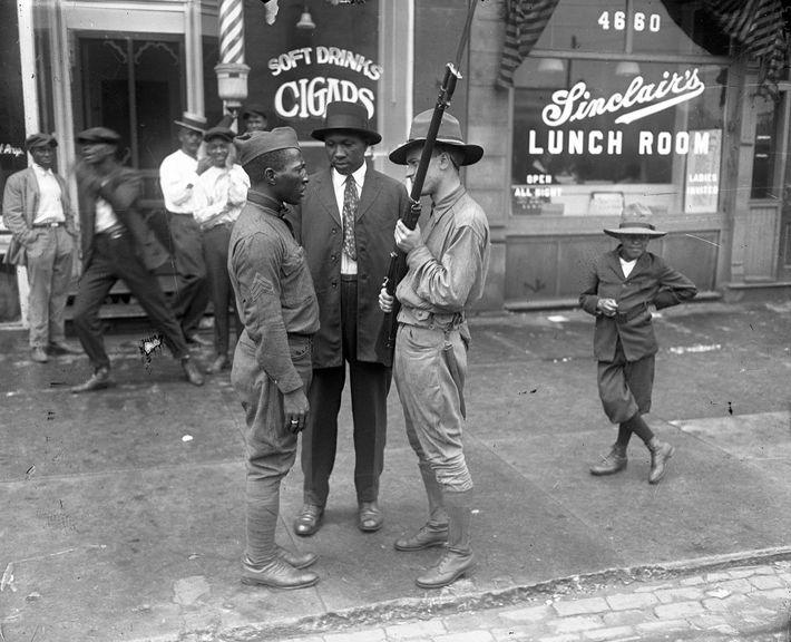 A tensão entre veteranos brancos e afro-americanos da Primeira Guerra Mundial foi uma das razões subjacentes ...