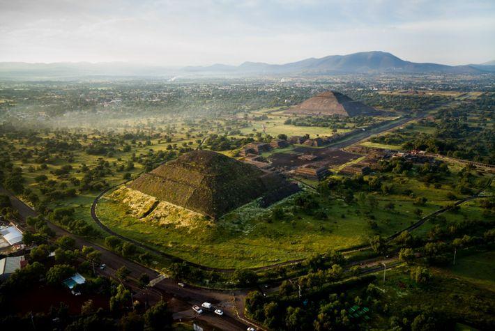 vista aérea das pirâmides solares e lunares em Teotihuacan