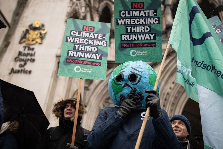 Em fevereiro de 2020, ativistas ambientais protestaram em Londres, Inglaterra, contra a proposta de expansão do ...