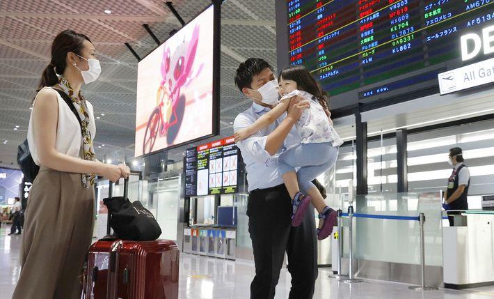 Daiki Murakami despede-se da sua família no aeroporto de Narita, perto de Tóquio, no dia 25 ...