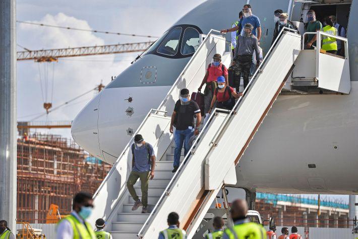Passageiros desembarcam de um avião no Aeroporto Internacional de Velana em Malé, nas Maldivas, no dia ...