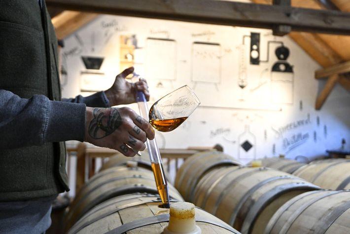 Bastian Heuser verifica o whisky na Destilaria de Spreewald.