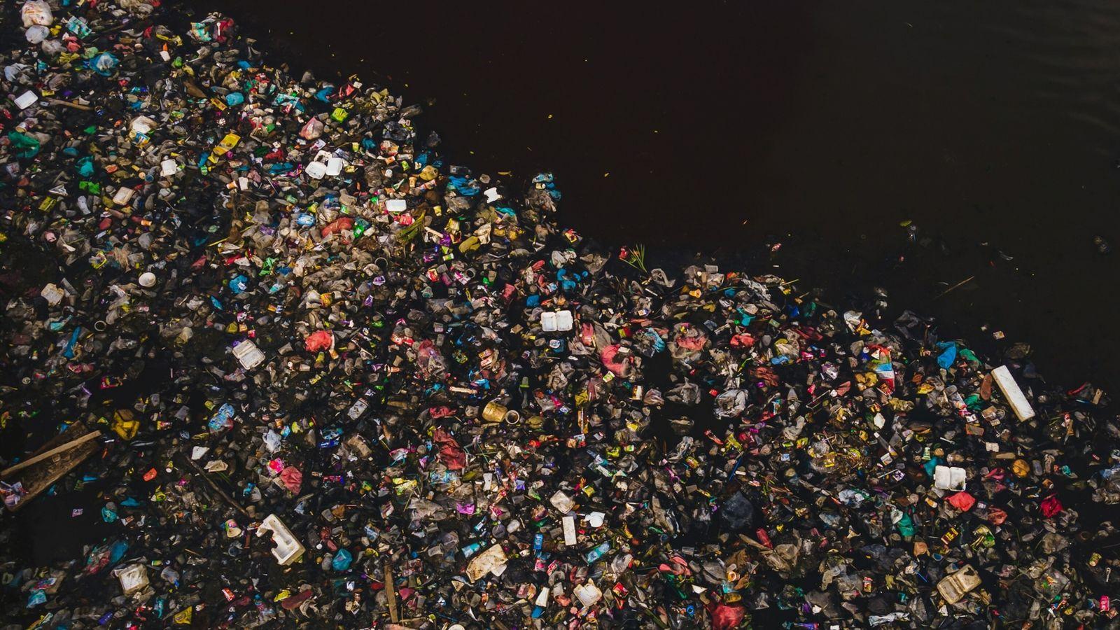 Lixo plástico flutuante