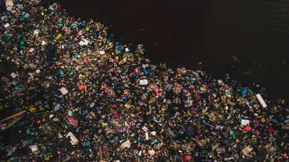 O plástico chega aos oceanos através de mais de mil rios