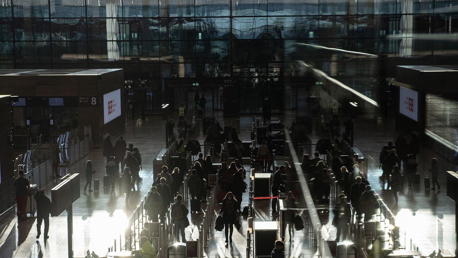 Passageiros na fila para o check-in no Aeroporto Brandenberg de Berlim, no dia 21 de dezembro ...