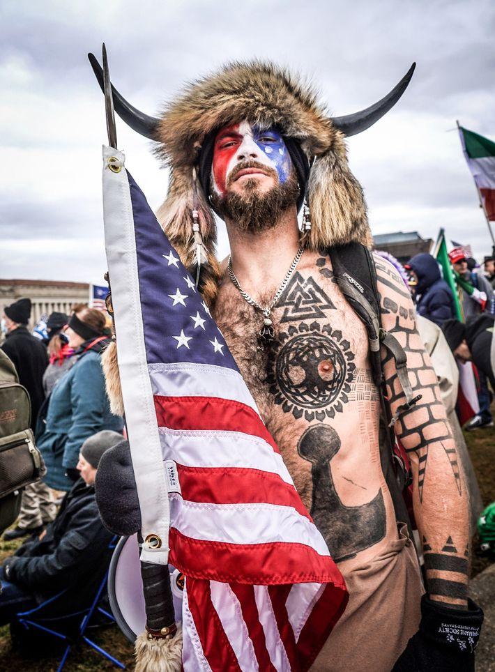 """Jake Angeli, o autoproclamado """"Xamã QAnon"""", tem tatuagens de símbolos nórdicos que, num contexto de extrema ..."""