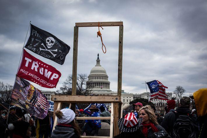 Uma forca exibida pelos apoiantes de Trump em frente ao Capitólio no dia 6 de janeiro. ...