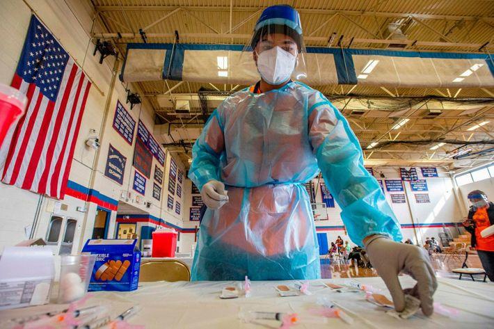 Elvin Toro, de 26 anos, antigo médico do exército, organiza as suas seringas antes de vacinar ...