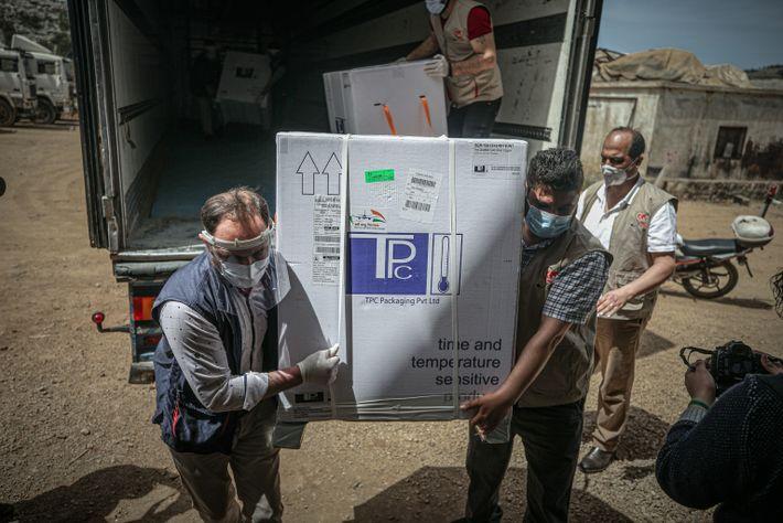 Trabalhadores em Idlib, na Síria, descarregam mais de 50.000 doses de vacinas COVID-19 no dia 21 ...
