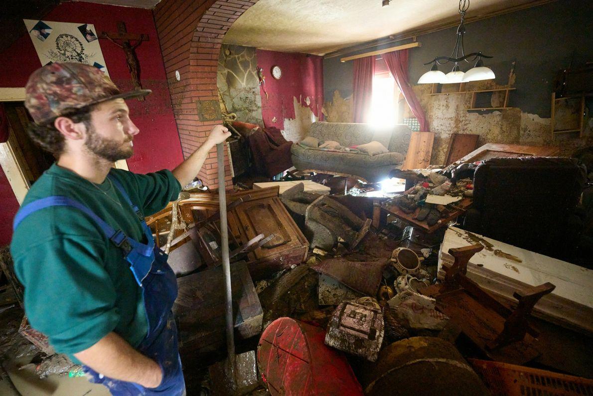 Em Ahrweiler, na Alemanha, um homem observa os escombros deixados pela inundação. Pelo menos seis casas ...