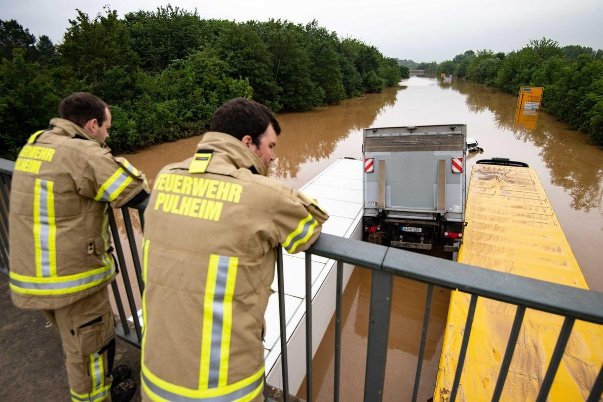 Em Erftstadt, na Alemanha, os camiões ficaram encalhados uns nos outros quando foram levados pelas águas.