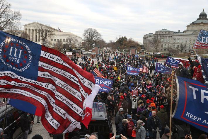 Membros dos Three Percenters, uma organização antigovernamental, hastearam uma bandeira Betsy Ross modificada durante a insurreição ...