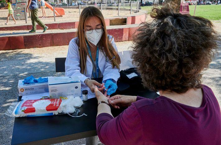 Estudante de medicina faz um teste de glicose
