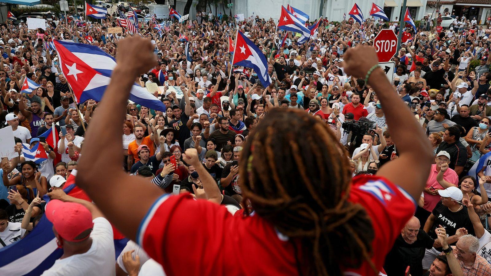 Cantor Yotuel Romero fala aos manifestantes em Miami