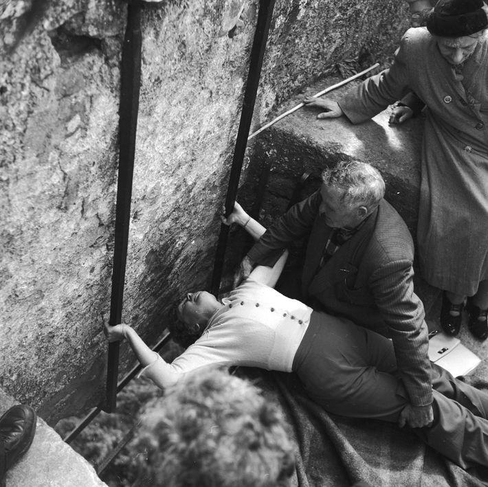 Esta fotografia, tirada em meados de 1950, mostra a pose estranha que os visitantes precisam de ...