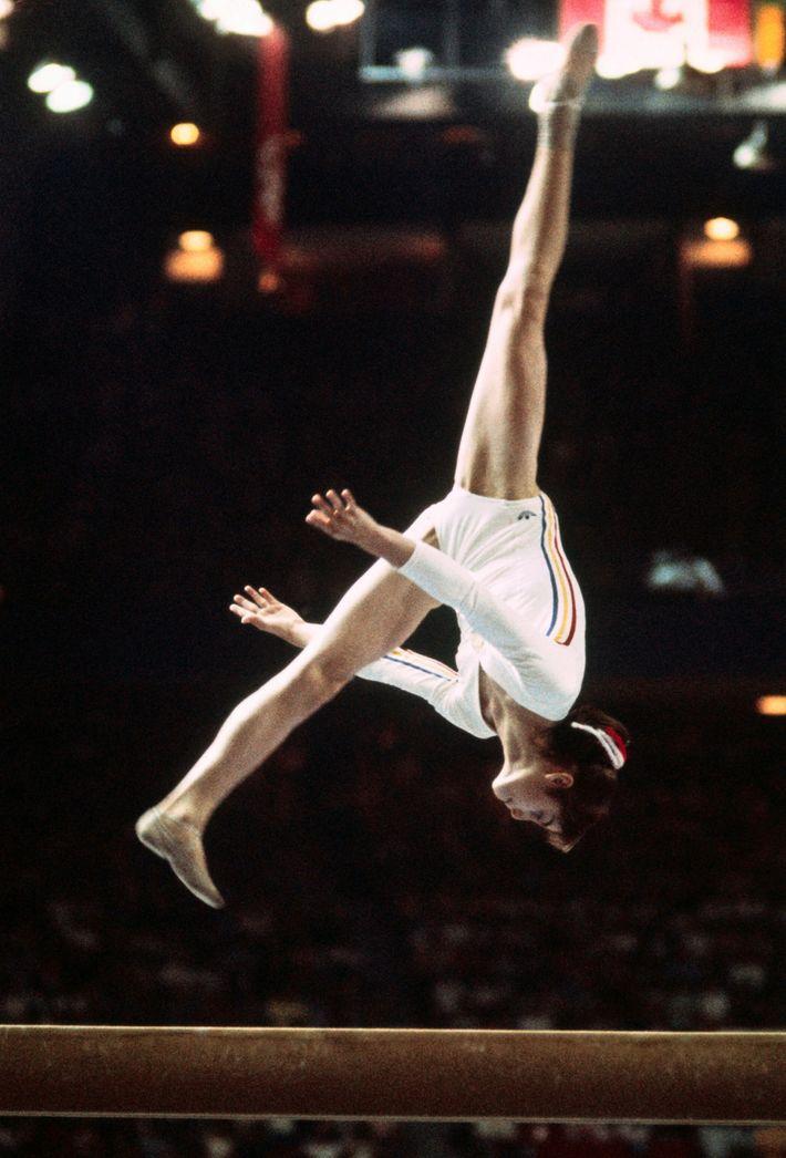 Nadia Comaneci em ação nos Jogos Olímpicos