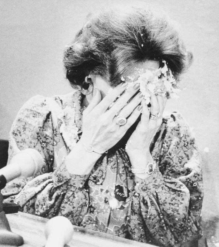 A cantora e ativista anti-homossexual Anita Bryant cobre o rosto depois de ter sido atingida por ...