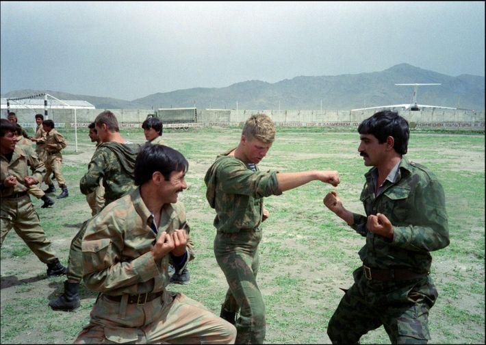 Um paraquedista do Exército Vermelho treina soldados afegãos
