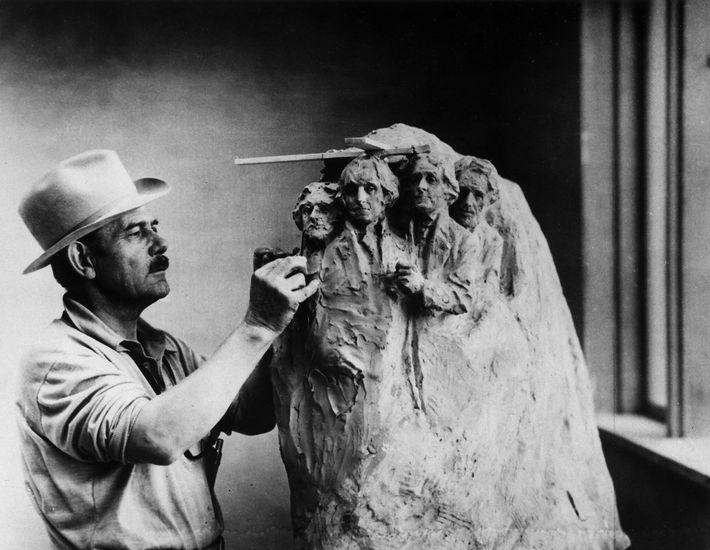 Em 1937, o escultor Gutzon Borglum trabalhava num modelo de argila do Memorial Nacional do Monte ...