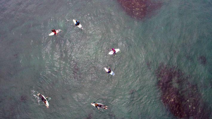 Mulheres surfistas aguardam pelas ondas durante as meias-finais da Maui and Sons Pichilemu Women Pro Chile ...