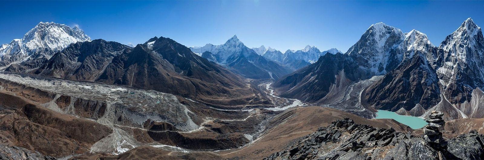 O terreno dramático do Vale de Khumbu apresenta um desafio complexo aos engenheiros civis que tentam ...