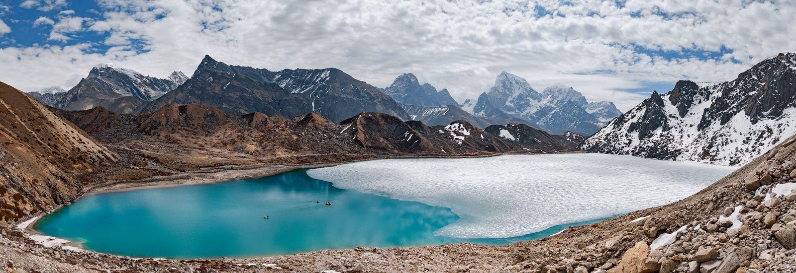 Jangadas transportam os cientistas no lago Taboche em maio, altura em que parte da superfície permanece ...