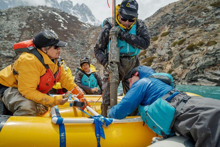 Uma equipa de cientistas recolhe uma amostra do leito do lago Taboche, no Nepal. As camadas ...
