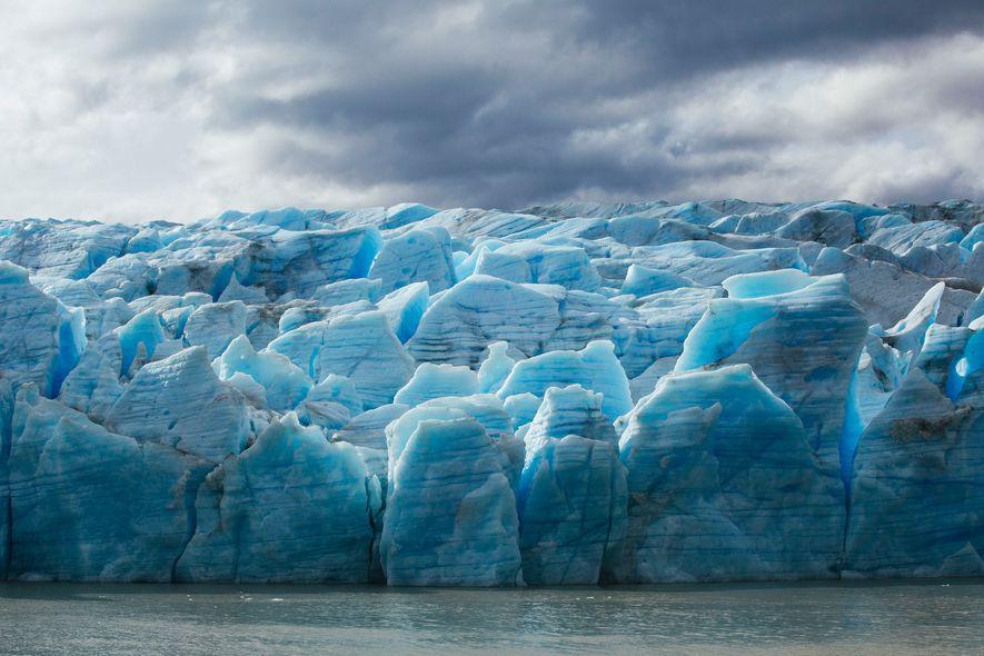 Tons de azul tingem o glaciar Grey, que, atualmente, derrete ao dobro da velocidade de há ...