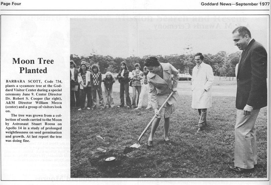 Um recorte da edição de setembro de 1977, do jornal Goddard News, mostra a cerimónia de ...