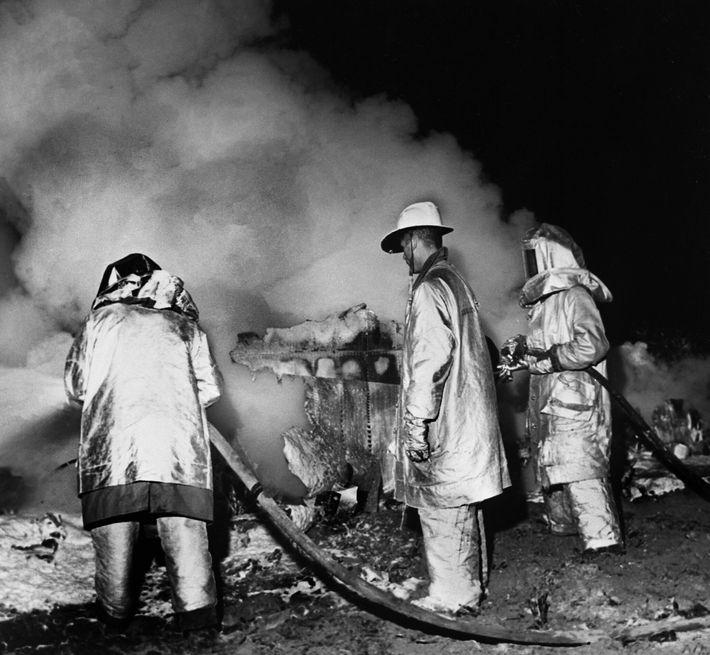 Bombeiros extinguem as chamas dos destroços de um B-52 Stratofortress perto de Faro, na Carolina do ...