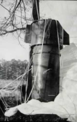 Abrandada pelo paraquedas, uma das bombas parou perto de um conjunto de árvores. Os exames feitos ...