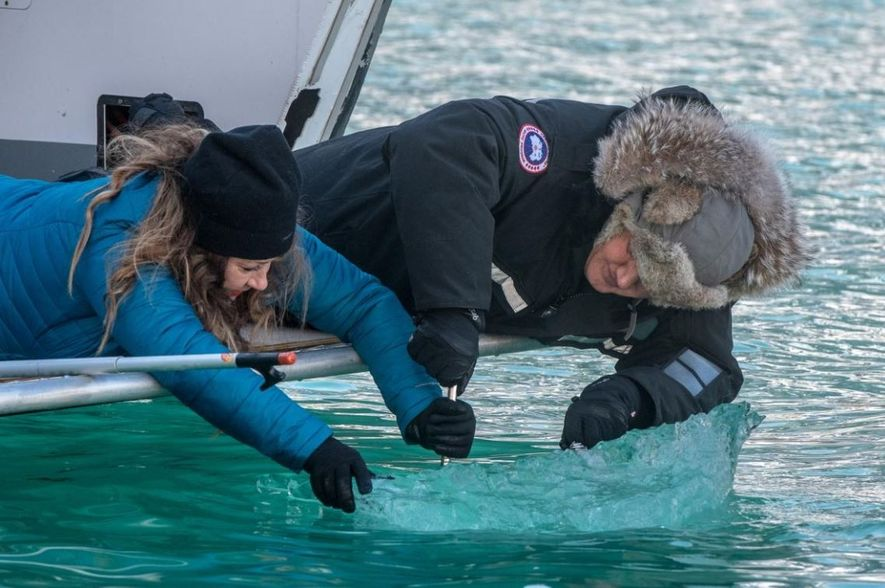 Michelle Costello e Gordon Ramsay recolhem gelo glacial, no Fiorde Tracy Arm, no Alasca.