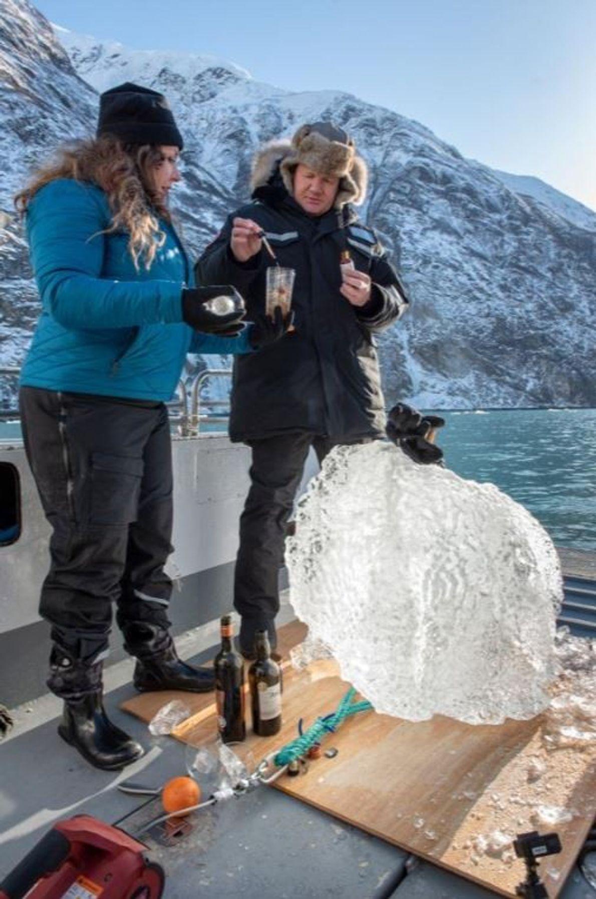 Michelle Costello, coletora de gelo glacial, faz um cocktail com Gordon, com gelo que acabaram de ...