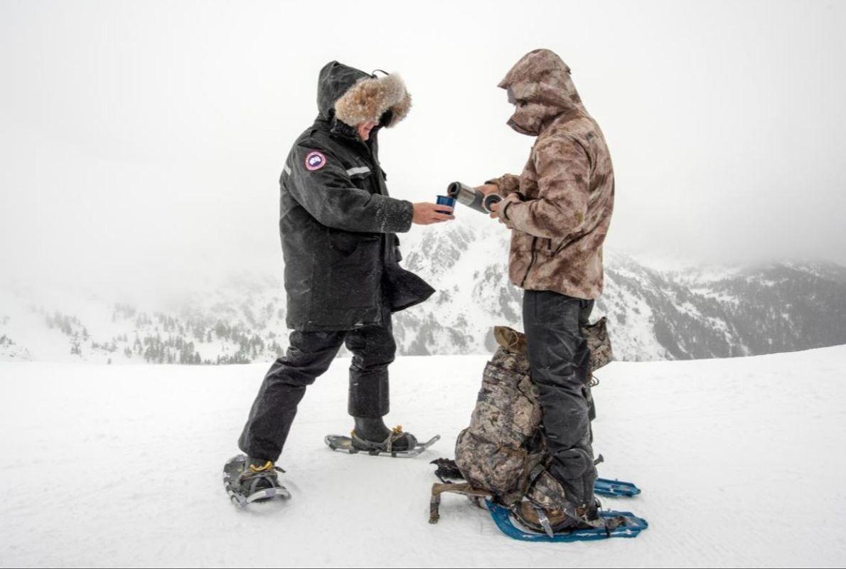 Gordon Ramsay e um dos chefs de topo do Alsaca, Lionel Udippa, a aquecerem-se com chá ...