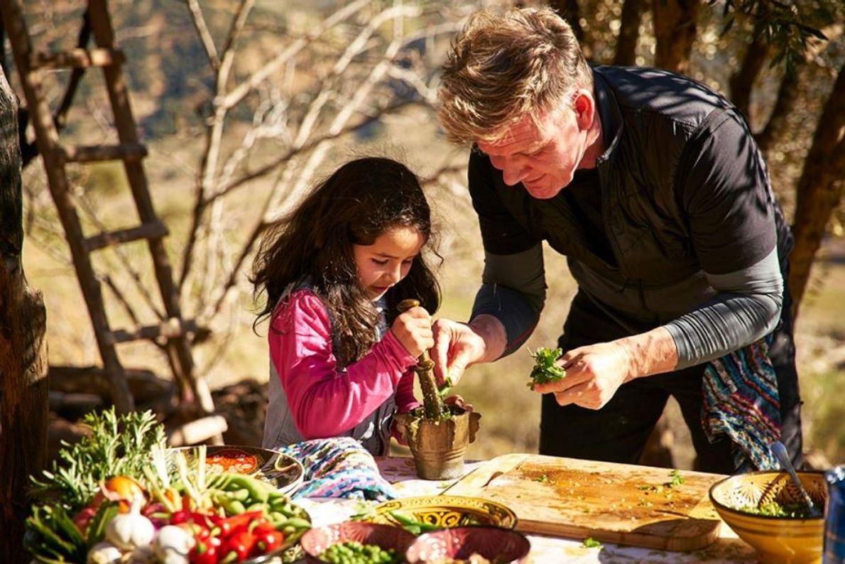 """Gordon Ramsay aprende os métodos culinários tradicionais de Marrocos com a ajuda da sua """"sub chef"""" ..."""