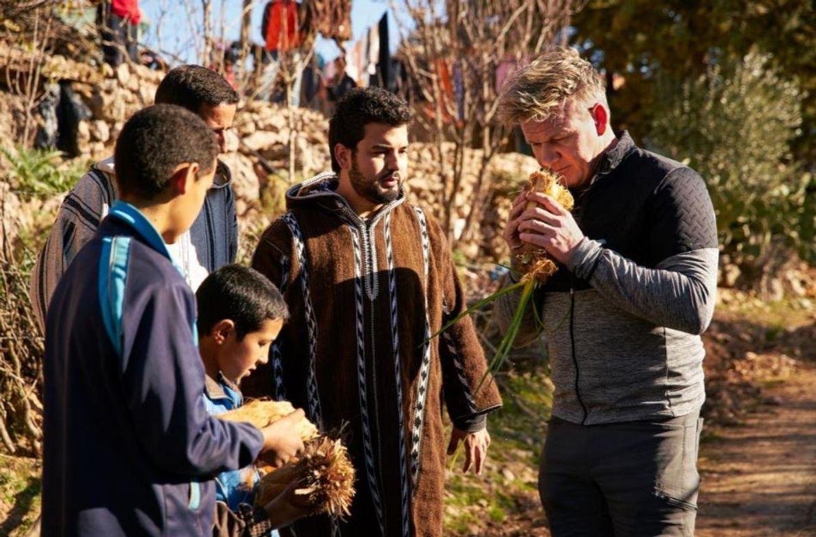 Gordon Ramsay faz uma pausa para verificar os palmitos vendidos pelos habitantes locais à beira da ...