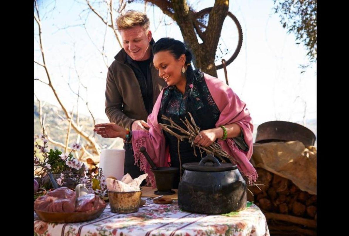 Gordon Ramsay e a chef marroquina Najat Kaanache preparam um banquete para a celebração do Ano ...