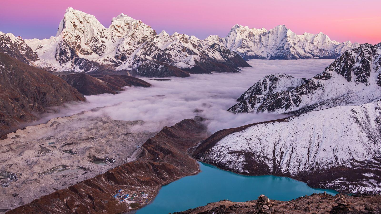 Imagem de Gokyo Ri, do lago da montanha mágica e Monte Everest, no Himalaia, Nepal