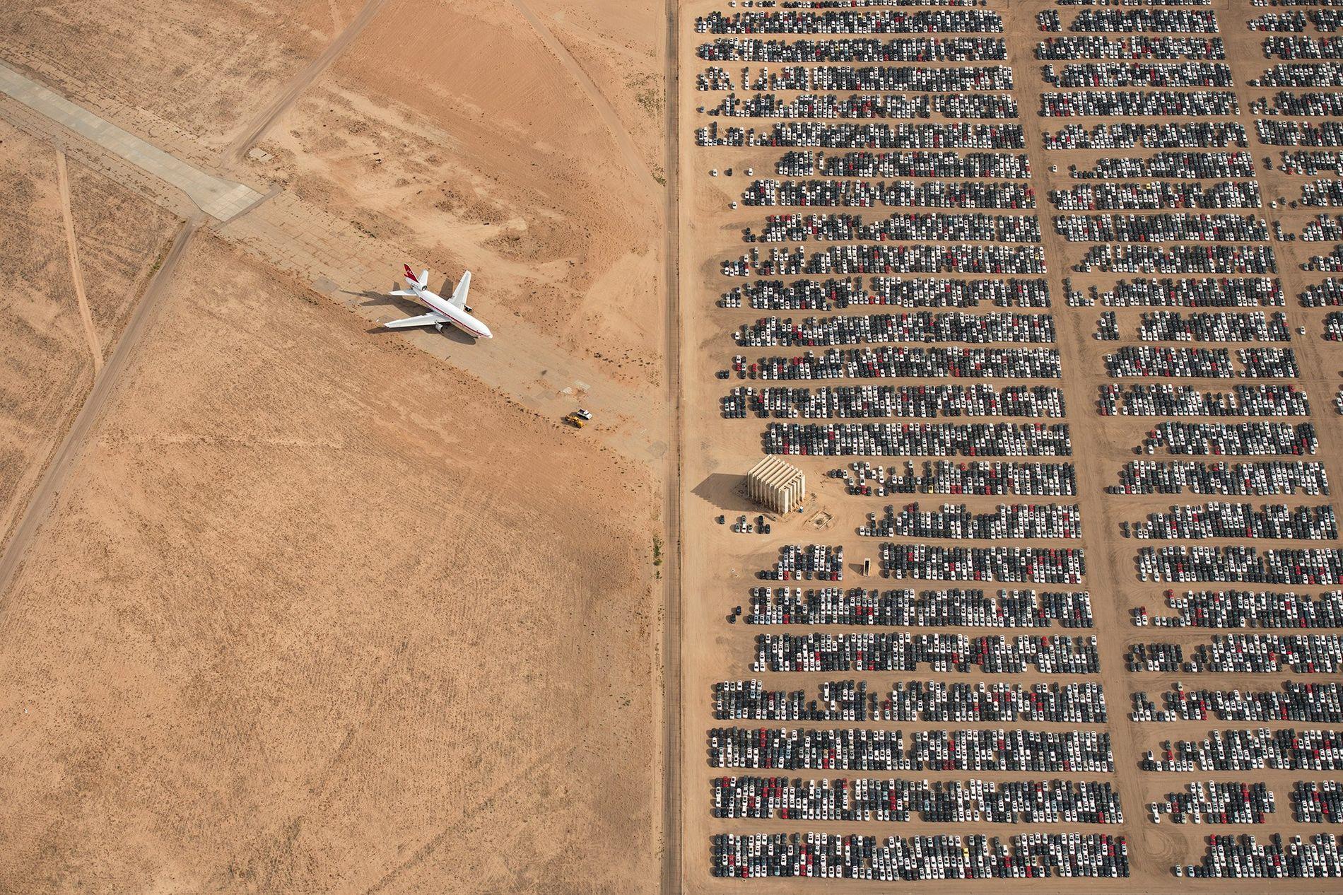 A fotografia vencedora do grande prémio, aqui apresentada, mostra milhares de automóveis Volkswagen e Audi encostados ...