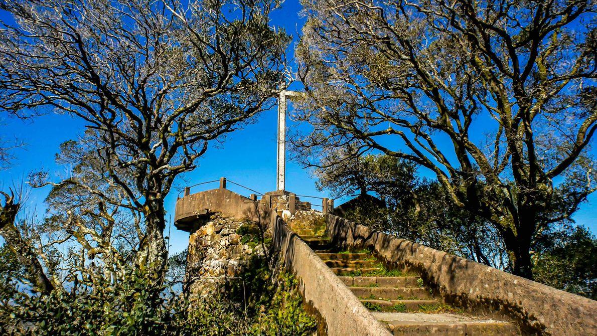 O miradouro da Cruz Alta na Serra do Bussaco, de onde é possível observar a imensidão ...