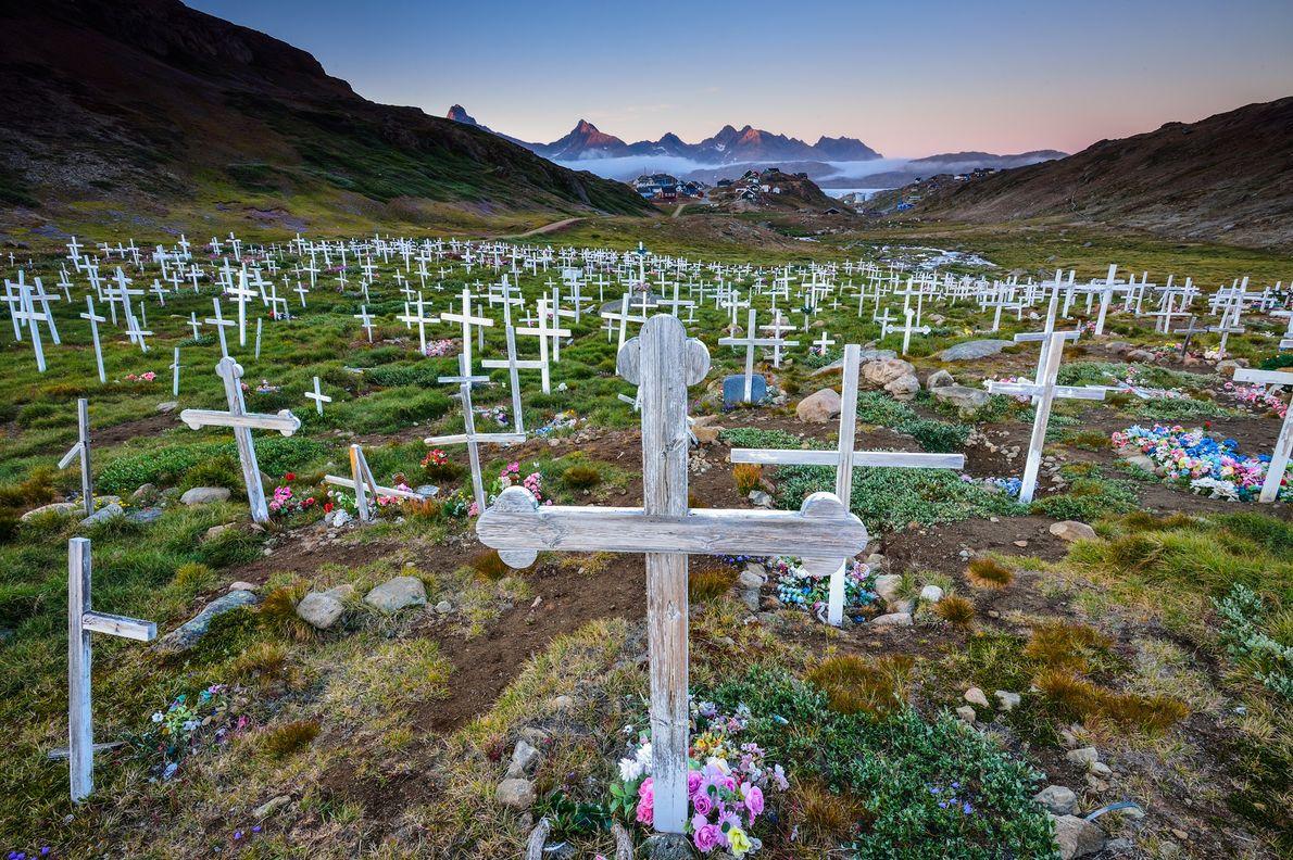 Cruzes de madeira e flores brilhantes enchem um cemitério nos arredores de Tasiilaq, na Gronelândia.