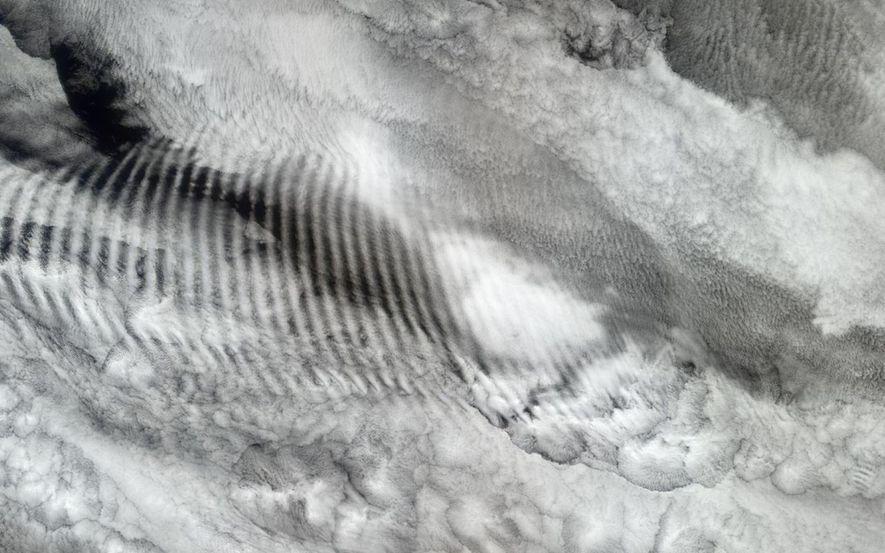 As variações de densidade atmosférica características de uma onda de gravidade podem deixar marcas nas nuvens, ...