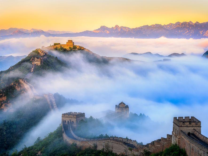 A GRANDE MURALHAProlongando-se ao longo de mais de 8046 km, a Grande Muralha da China foi ...