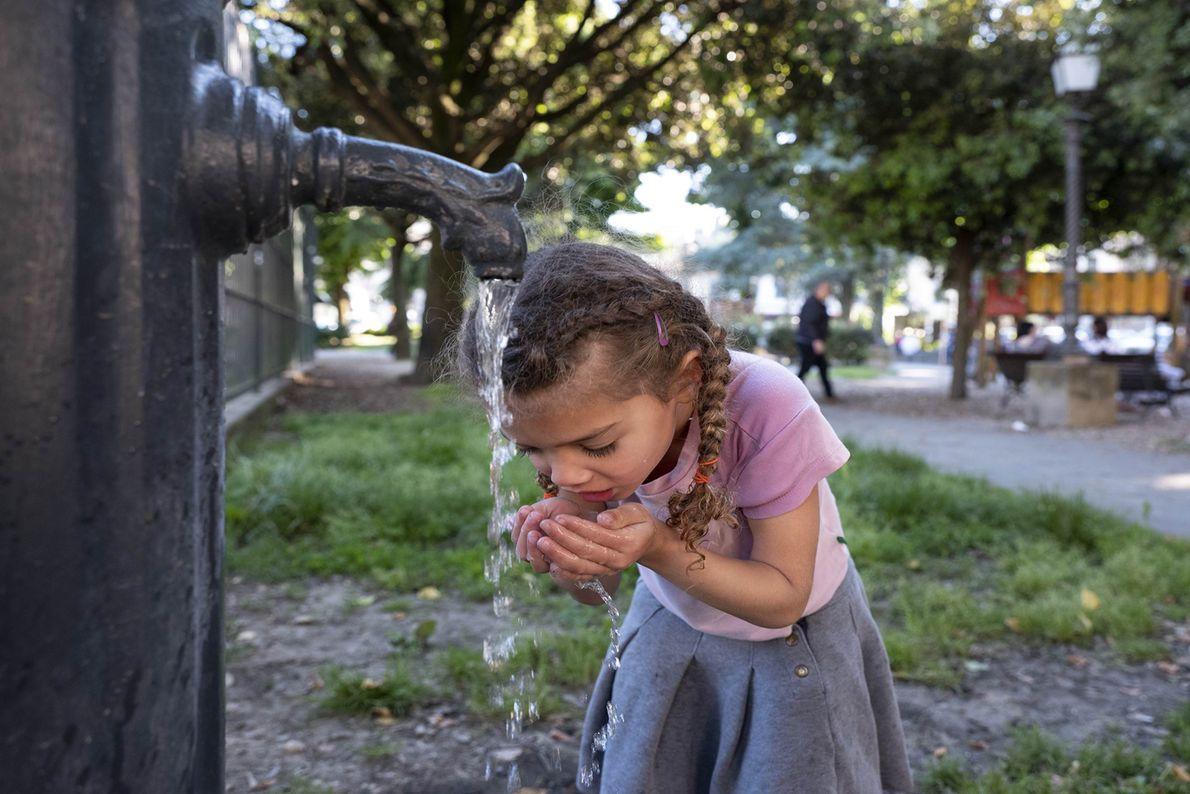 UMA CRIANÇA BEBE NUM CHAFARIZ EM FLORENÇA, TOSCANA  A água dos chafarizes públicos costumam estar sempre a ...