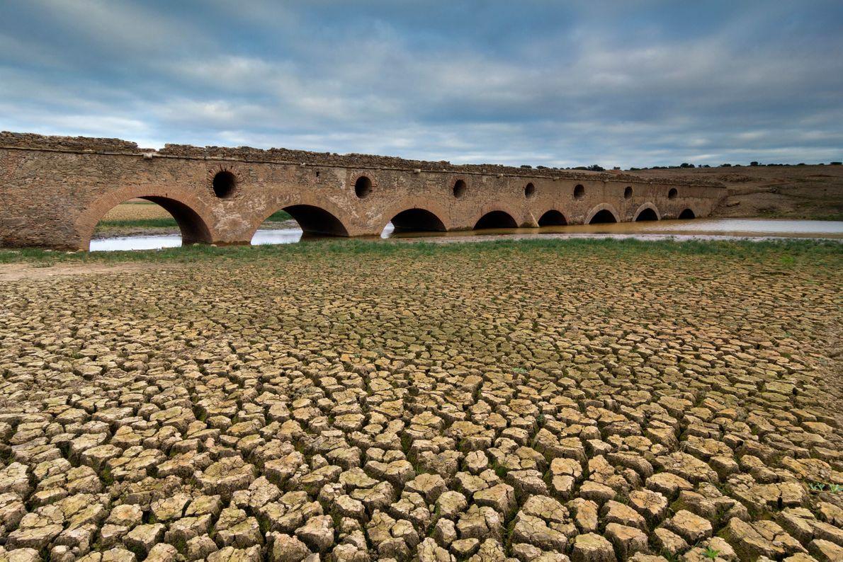 SECA EM ÁREA FLUVIAL COLOCA PONTE À VISTA, ALCACÉR DO SAL, PORTUGAL  Em 2017, registou-se seca severa ...
