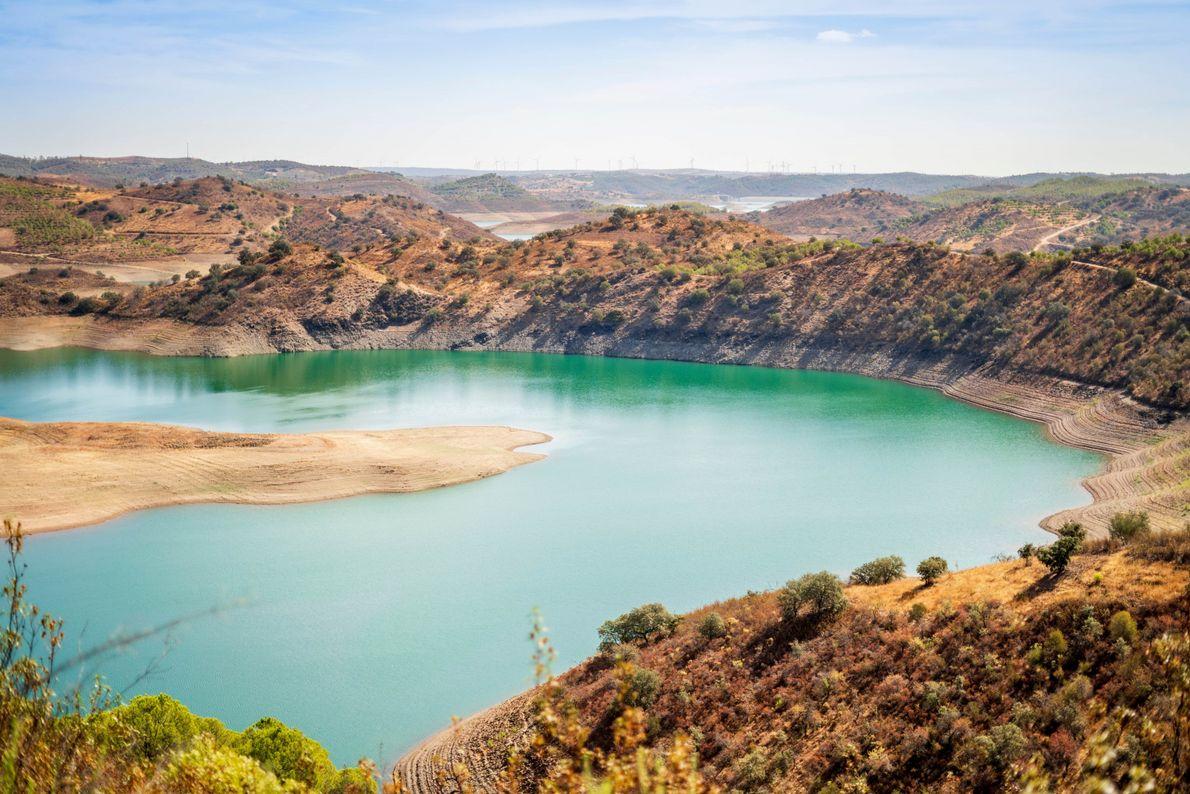 BARRAGEM DE ODELEITE, ALGARVE, PORTUGAL  Na região do Algarve, em Portugal, a seca extrema de 2019 provocou ...
