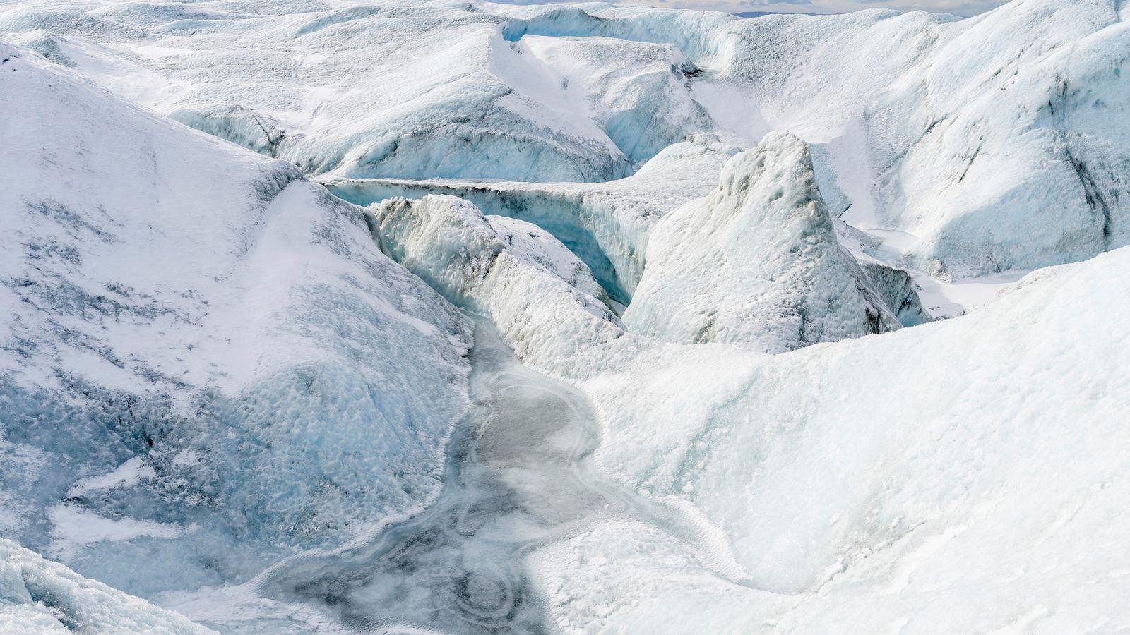 A velocidade com que a camada de gelo da Gronelândia está a derreter é demasiado rápida ...