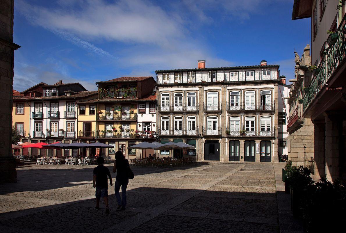 GUIMARÃES, PORTUGAL – Situada no topo de uma colina no norte de Portugal, Guimarães está repleta …
