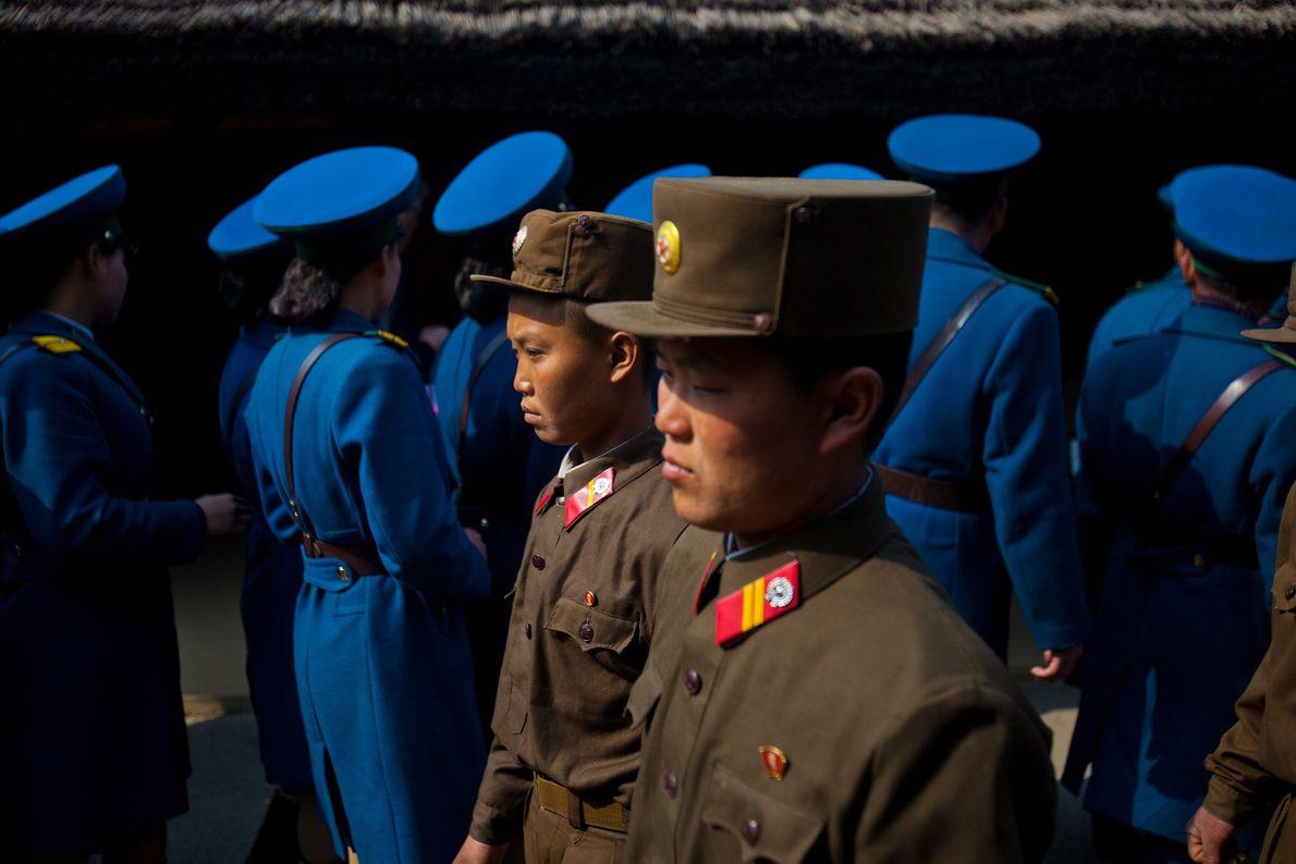 Soldados norte-coreanos e polícia de trânsito fazem uma visita ao local de nascimento de Kim Il ...